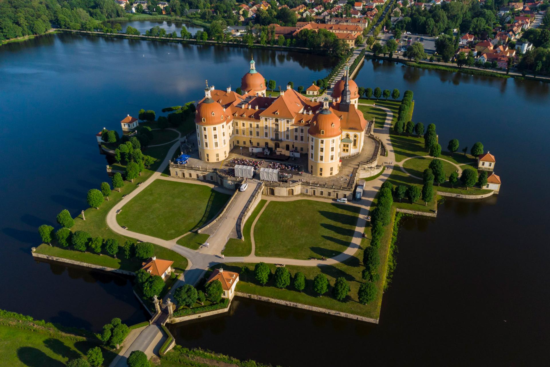 Landesbühnen Sachsen - Spielstätte Schloss Moritzburg von oben